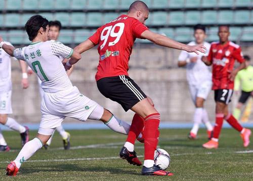 Ramazotti é levado às pressas para o hospital após forte colisão com goleiro do Cheongju FC